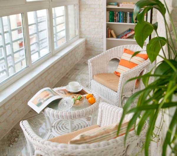 Плетеное кресло в интерьере небольшого пространства (лоджии).
